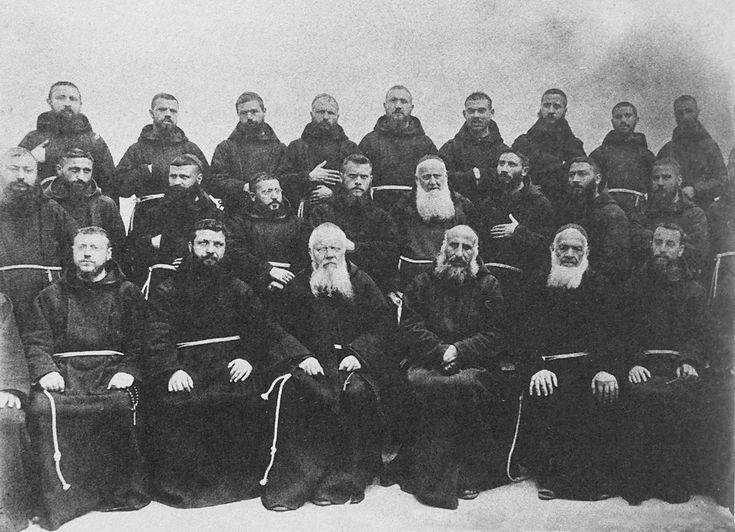 Il Capitolo Provinciale di Tora del 1906: padre Pio Nardone è il 3° da destra, seduto accanto al Ministro generale padre Bernardo Christen d'Andermatt (1837-1909), in visita a Sant'Elia nel maggio 1904; il padre Benedetto Nardella è il 2° da sinistra