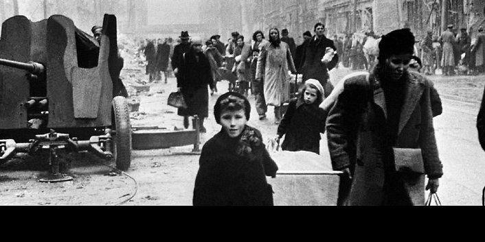 """Das Wetter war garstig, der Wetterbericht in der Berliner Zeitung vom 23. Dezember 1945 verkündete Regen bei Temperaturen knapp über null Grad. In den Häusern war es kaum wärmer, heizen konnten nur wenige. Doch die alltägliche Not erhellten gute Nachrichten: """"Festfreuden für die Bevölkerung"""", meldete die Berliner Zeitung am 14. ..."""