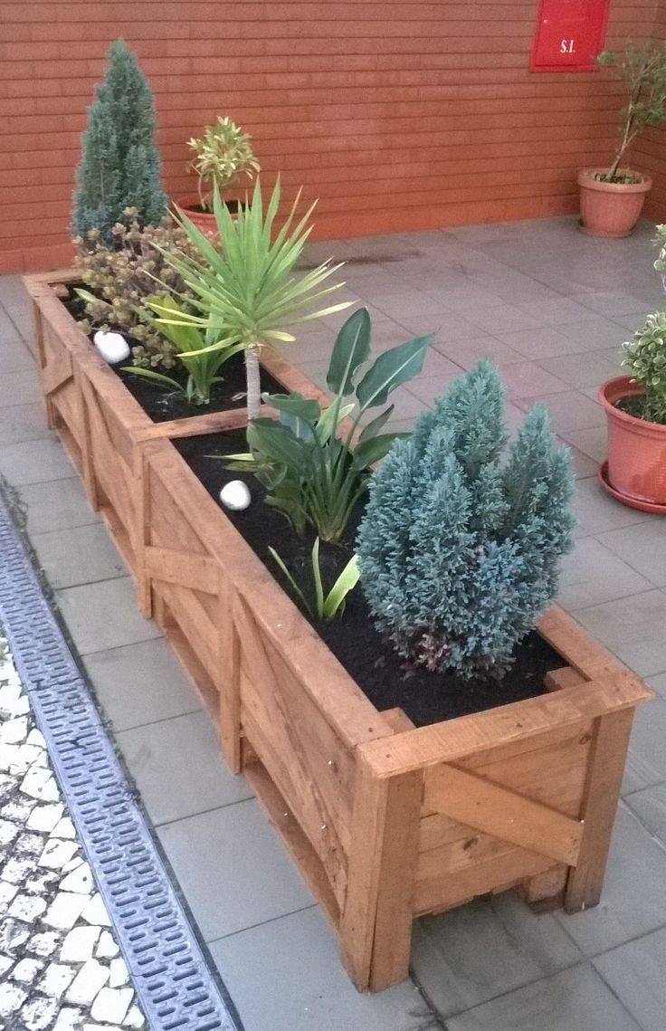 The neighbors and I wanted to dress up the front of the building, and make a more pleasant patio area. We all made this set of Patio Pallet Planters,