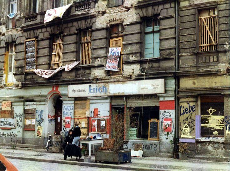 Die von alternativer Subkultur geprägte Mainzer Straße in Berlin-Friedrichshain im Juni 1990 @Renate Reinberga Hildebrandt