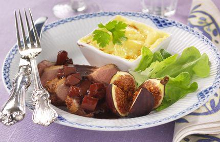 Smörstekt ankbröst är gott tillsammans med läckra tillbehör som fikon, rödvinssås och potatisgratäng. 2 port Ankbröst 1 ankbröst, 250–300 g salt, peppar 2 msk fikonmarmelad 2...