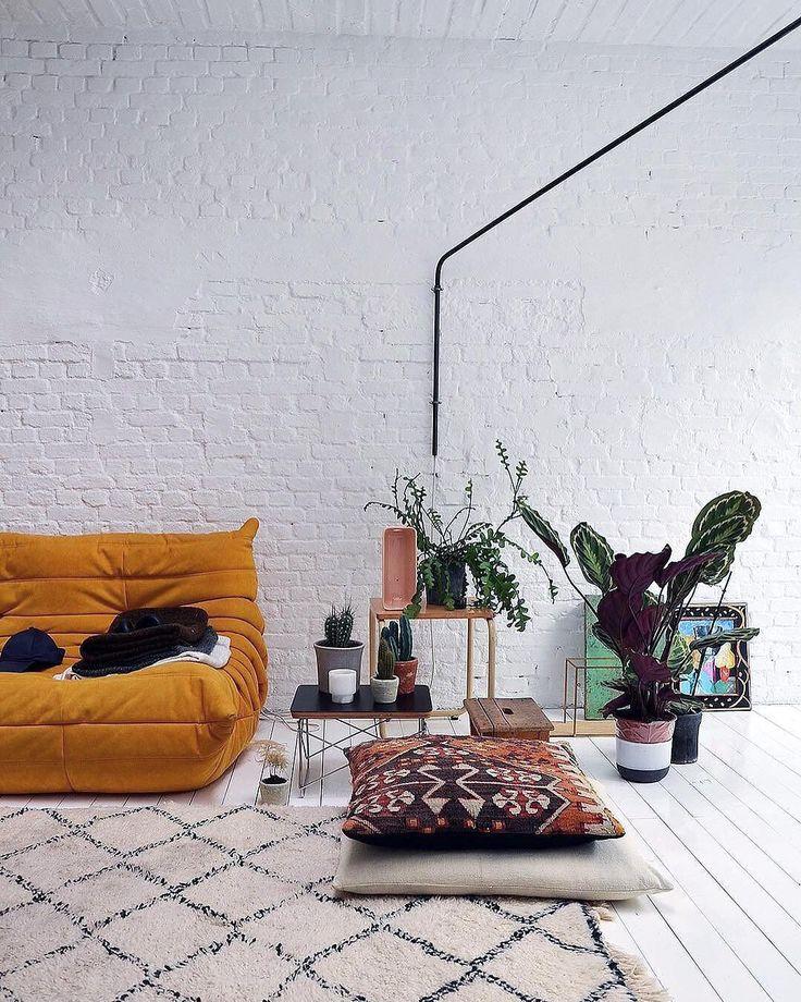 Veel planten een kleurrijke Togo van @ligneroset een LTR salontafel van @vitra en een bakstenen muur? Meer hebben wij niet nodig om verliefd te worden op het interieur van @maff.be! Foto: @diftyves