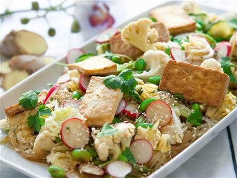 En mättande och lättlagad asiatisk sallad med blomkål, tofu och glasnudlar. Serveras med en supergod dressing på chili, lime, ingefära och soja.