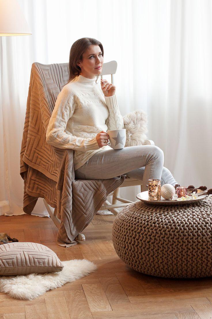 Interior: A Cozy Winterday with Westwing | Mood For Style - Fashion, Food, Beauty & Lifestyleblog | Interiorartikel mit Wohnaccessoires wie Strickplaid, Strickkissen, Fellkissen und Strickpouf von Westwing - Tablett mit Windlichtern und Amarylis.