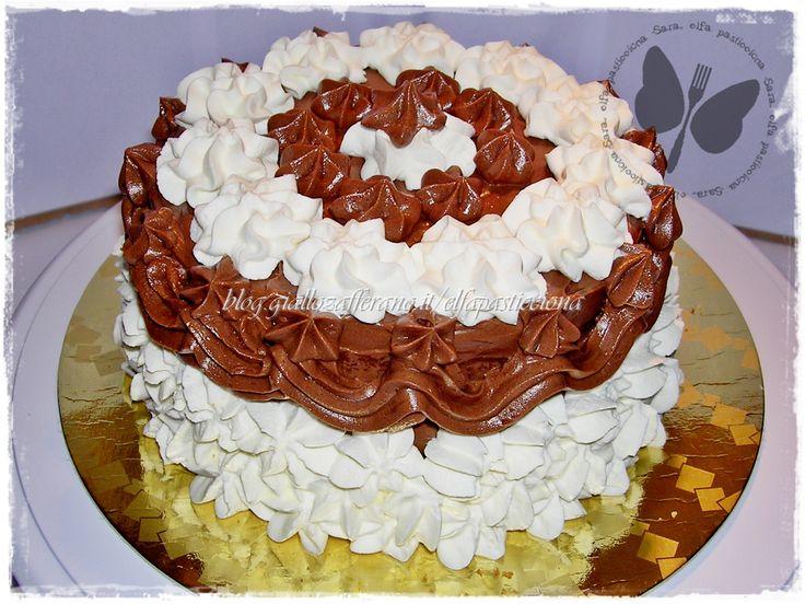 Torta di compleanno panna e cioccolato con una decorazione classica con sac à poche e beccucci a stella.
