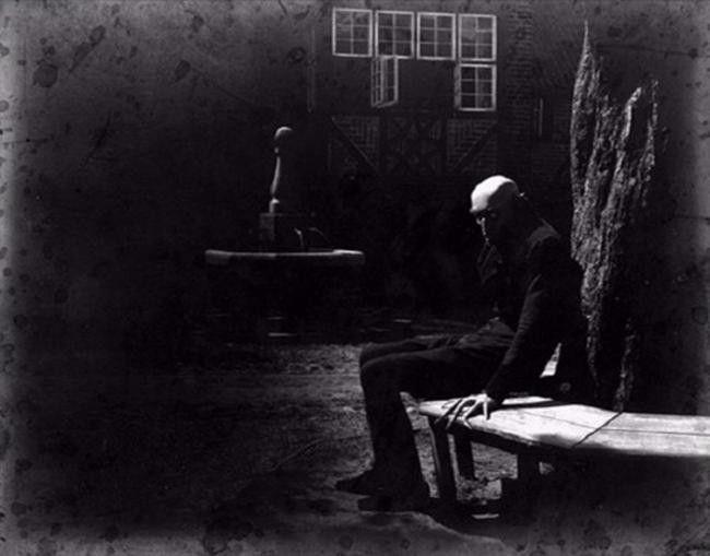 """Max Schreck pomiędzy ujęciami do filmu """"Nosferatu: Symfonia grozy"""" (1922)."""