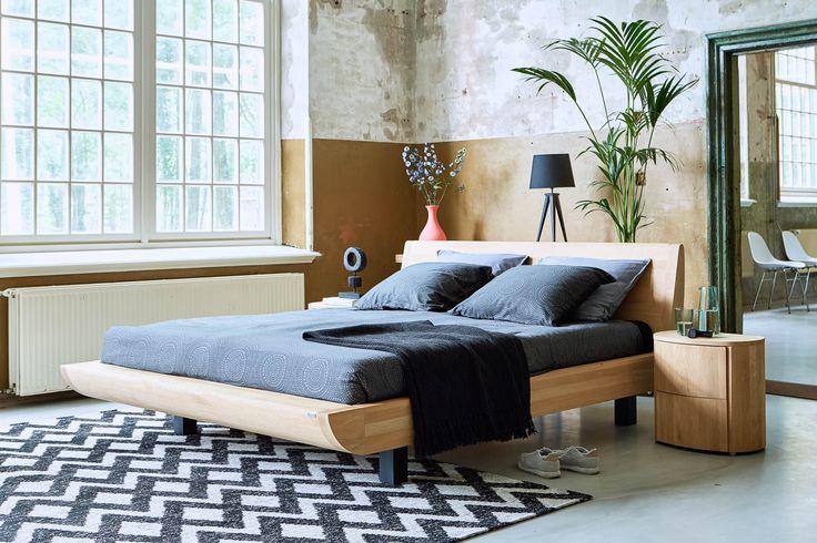 Voor ledikant Denzo hebben wij weinig woorden nodig; zijn ontwerp spreekt voor zich! Dit wel heel bijzonder vormgegeven ledikant maakt je moderne slaapkamer compleet met zijn frisse uitstraling, dankzij het onbewerkte eikenhout.