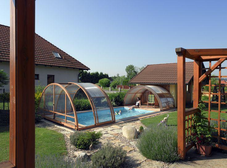 Elegantní bazénové zastřešení UNIVERSE v barvě dřevodekor.