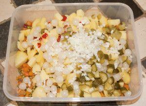 Voor ons Limburgers hoort koude schotel, kauw sjotel, bij de Limburgse keuken. Je zult maar zelden een doop, bruiloft, communie of ander groot feest voorbij zien gaan zonder een koud en warm buffet met kauw sjotel, Limburgse koude schotel dus. Helemaal niet moeilijk om te maken maar meestal hoort er dan ook van alles bij. Gevulde eitjes, asperges met ham omwikkeld, gevulde tomaatjes, gepocheerde zalm, warme ham, Monegaskische uitjes en noem maar op. We houden er van en ik heb al de nodige…