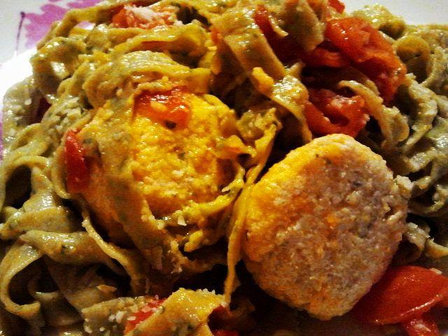 Basil tagliatelle, with tomatoes concassé and ricotta balls - Tagliatelle al basilico con polpettine di ricotta