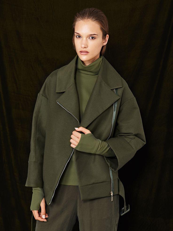 Z2018  Kolekcja jesień-zima. Kurtka w kolorze khaki. Szeroki kołnierz oraz rękawy z mankietami, skośne zapięcie na suwak i pasek z klamrą to definicja nowoczesnego, oversizowego fasonu. Doskonała propozycja oryginalnego wykończenia jesienno-zimowej stylizacji.