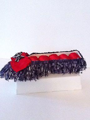 Soulier porte-bijoux effiloché noir et rouge No. 0669