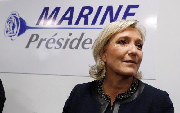 Marine Le Pen, candidata del Frente Nacional, delante del nuevo logotipo de su partido.