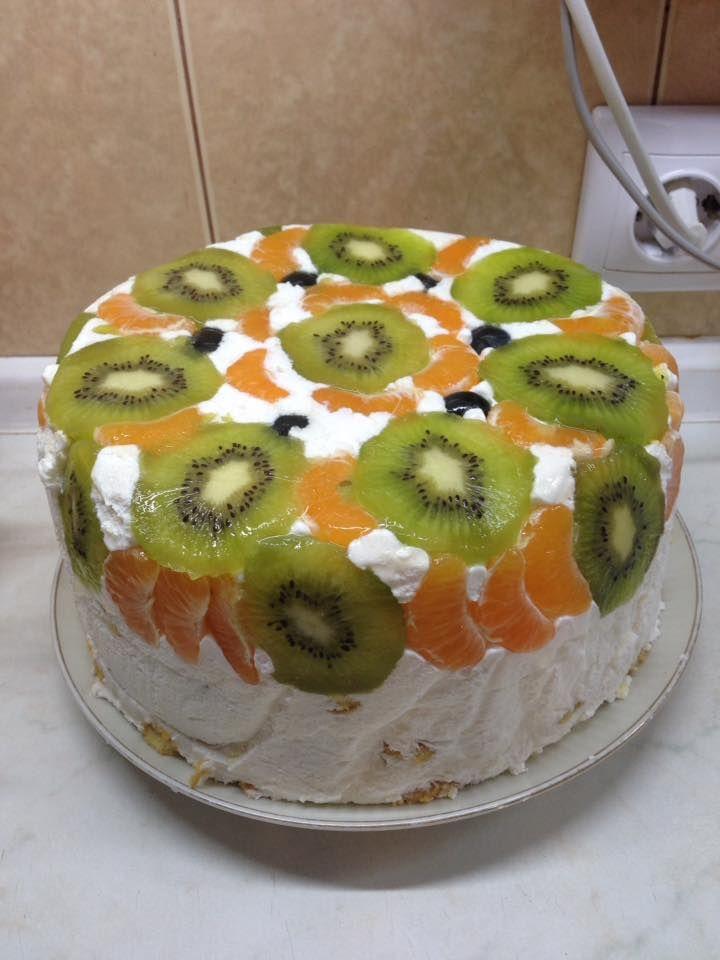 Finom tortát készítenél, de nincs kedved sütni? Ma megmutatjuk, hogyan lehet sütés nélkül ínycsiklandó finomságot készíteni! Nem csak ízletes, de még remekül is mutat! Hozzávalók 1 nagy tasak babapiskóta, 500 ml tejszínhab, 1 vanília puding, 1 kis tasak zselatin por gyümölcs. Én általában kivit, narancsot karikákra felvágva, szőlőt használok. Elkészítés A pudingot megfőzzük és hűlni...Olvasd tovább