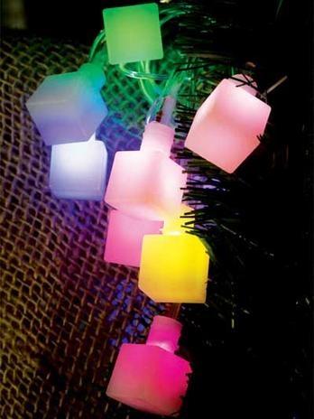 Pisca-pisca inspirado em cubos de gelo. Coloridos, vão deixar a árvore de Natal ainda mais bonita. Da Taschibra. Foto: Divulgação.