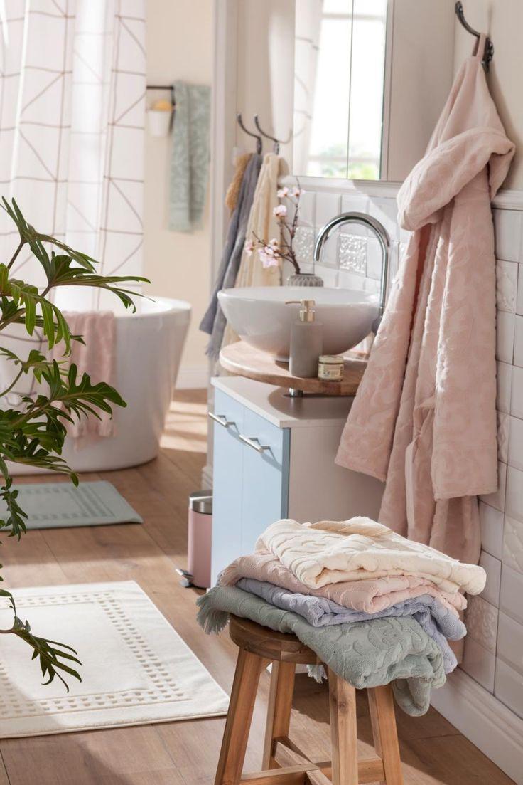 Zarte Pastelltöne bringen edle Harmonie ins Badezimmer. Das Badetuch und der Bademantel mit romantischem Damastmuster von Seahorse laden zum Einkuscheln ein. Der Badteppich von Vossen und der Duschvorhang von Zone mit grafischen Mustern lockern den Stil modern auf.
