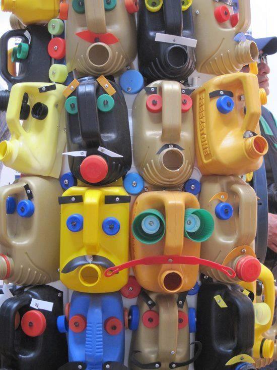 Upcycle monsters. Gemaakt van geverfde PETflessen.