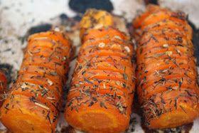 En lille variation af de kendte hasselback kartofler - her brugte jeg gulerødder - de bliver dejligt søde og bløde .....   Du skal bruge:  g...