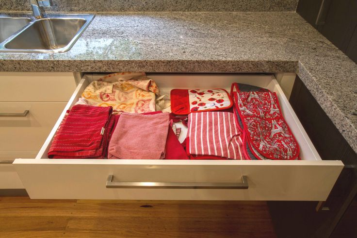 Tea towel drawer. Contemporary kitchen. www.thekitchendesigncentre.com.au