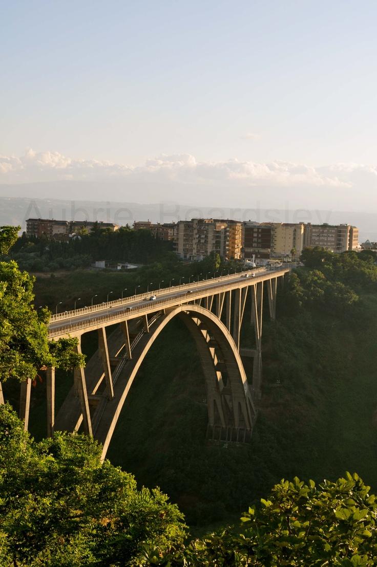 Ponte Bisantis o Morandi (dal suo progettista), Catanzaro. All'epoca della sua realizzazione era il secondo ponte ad unica arcata in cemento armato al mondo per ampiezza di luce