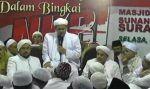 Habib Rizieq ajak umat tidak berpecahbelah dalam berjuang menegakkan agama Allah  SURABAYA (Arrahmah.com)  Imam Besar Front Pembela Islam (FPI) Habib Muhammad Rizieq Syihab mengajak umat Islam untuk senantiasa berpegang teguh pada agama Allah dan tidak berpecahbelah dalam berjuang menegakkan agama Allah.  Demikian dipaparkan Habib pada Tabligh Akbar bertajuk Merajut Ukhuwah Menegakkan Syariah Dalam Bingkai NKRI di Masjid Agung Sunan Ampel Surabaya Selasa (11/4/2017).  Habib sebagaimana…