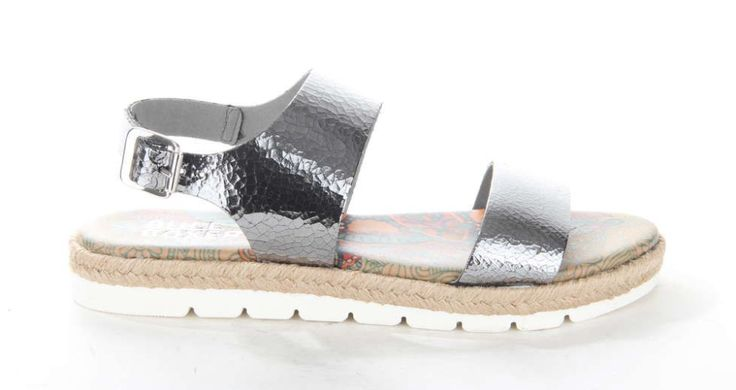 Hippe zilveren sandaal van Bullboxer met metallic banden. De loopzool is afgewerkt met touw. #trendy #musthave #sandal #silver #metallic #bullboxershoes