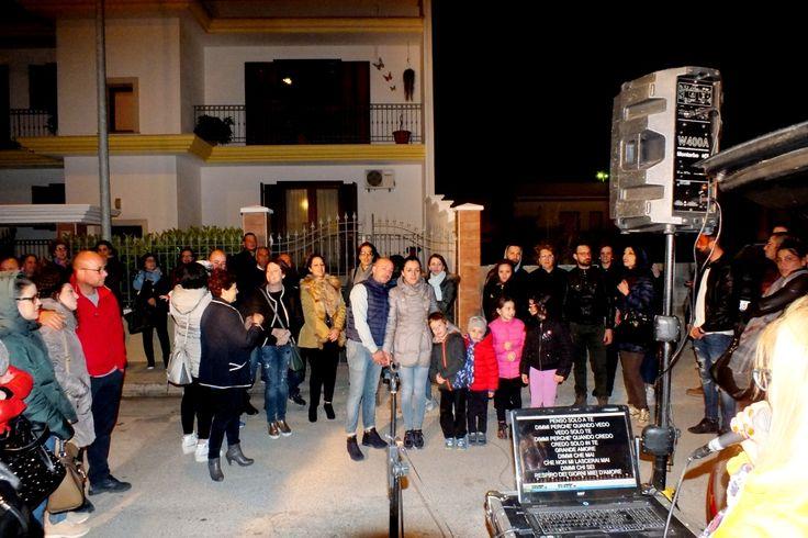 In Puglia non c'è matrimonio senza la serenata alla sposa. Foto della serenata a Mary realizzata dal gruppo musicale di Paolo e Dalila a Manduria in Provincia di Taranto