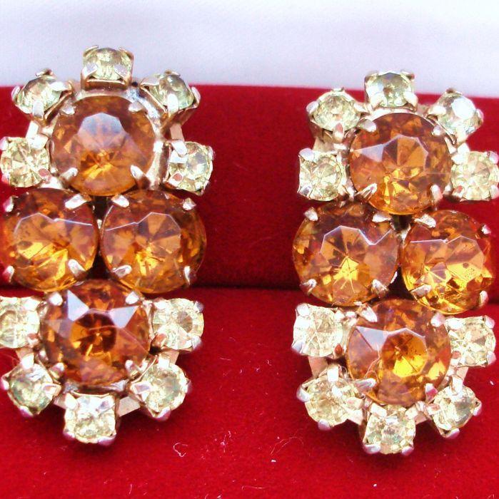 Vintage 1960s Juliana D & E - Amber/topaz/Citrien gekleurde Strass grote oorbellen - Bookpiece  Vintage uit de jaren 1960 - absoluut perfect voor deze tijd van het jaar - is deze combinatie van Juliana D & E boek stuk verklaring oorbellen in nep gouden Amber of Topaz afgerond Strass omringd door kalk groen sprankelende kleinere kristallen.Juliana kostuum juwelen werd geproduceerd door DeLizza & Elster die werd opgericht in 1947 te vervaardigen alles van knoppen en gespen aan broches en…