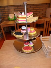 Gebruik een etagère in de bakkershoek en bij rekenlessen. Ik gaf de volgende opdrachten: Leg twee taartjes op de bovenste schaal, drie taart...