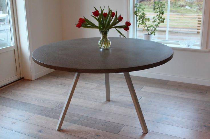 Runt matbord med 3 vinklade stålben. Mått: 130 cm i diameter.