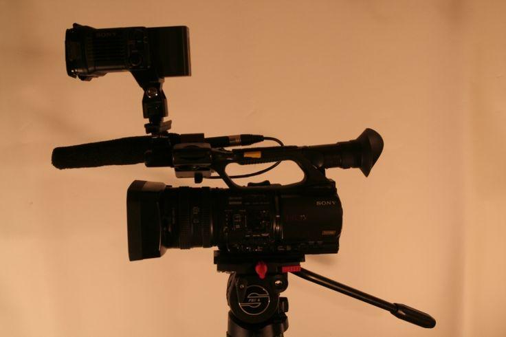 #Location unité de tournage légère (Caméra Sony Z5   trépieds   sac de transport, trois micros, torche LED)Parfait pour tournage style reportage.Location Loue Caméra Z5 et accessoires à Conches-sur-Gondoire (77600) _ www.placedelaloc.com/location/multimedia-high-tech
