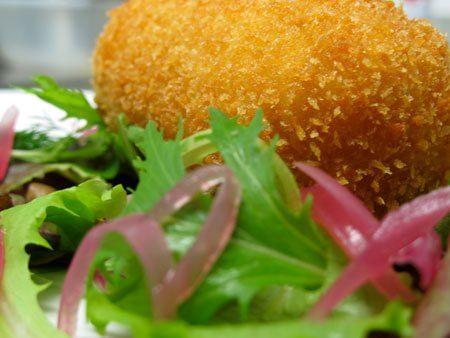 Crocchetta di baccalà, insalata di erbe e cipolle in agrodolce - marco gallotta  intervista