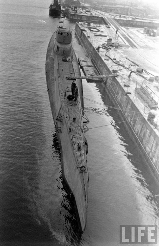 """W składzie Dywizjonu Okrętów Podwodnych ORP """"Orzeł"""" brał udział w początkowym okresie obrony Wybrzeża 1939 r., następnie internowany w stolicy Estonii, Tallinnie, skąd zdołał zbiec i przedrzeć się do Wielkiej Brytanii."""