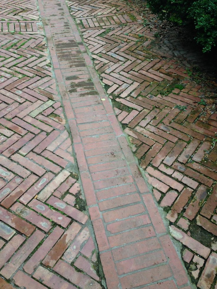 La pavimentazione della piazza e della strada