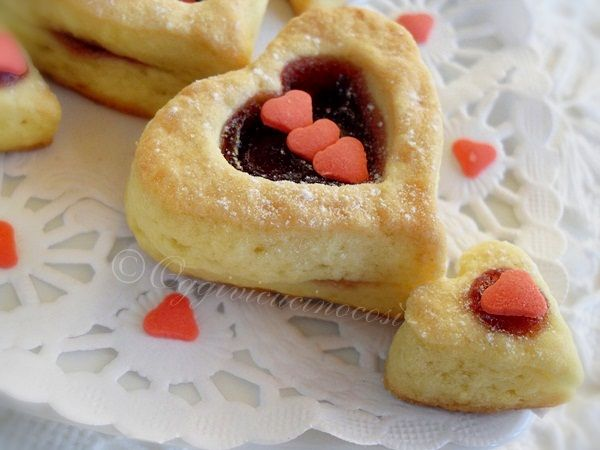 ©Oggi vi cucino così!: Pasticcini al Cocco Cuor di Amarena-Petit bisous per S.Valentino