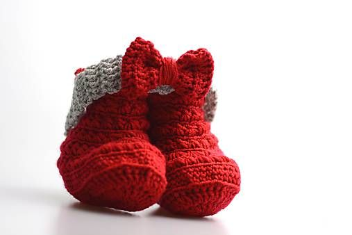 Čelenka a čižmičky pre bábätko sú ručne háčkované z prírodného materiálu - z kvalitnej nórskej extra jemnej šedej a červenej 100% merino vlny vhodnej pre citlivú detskú pokožku.Sú...