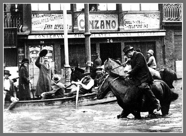 la inundacion casi nos deja sin el Cinzano, foto Hans Frey by santiagonostalgico, via Flickr