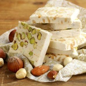 Ingrédients – 150 g de miel doux – 300 g de sucre en poudre – 1 blanc d'oeuf – 2 cuillères à soupe d'eau – 200 g de fruit sec non salés au choix (noisettes, pistaches, amandes) – 2 feuilles d'azymes Préparation: Torréfier les fruits secs au four à 150 °C (surveiller bien pour ne