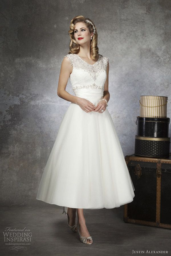 Short wedding dress. Good for second wedding or garden wedding.