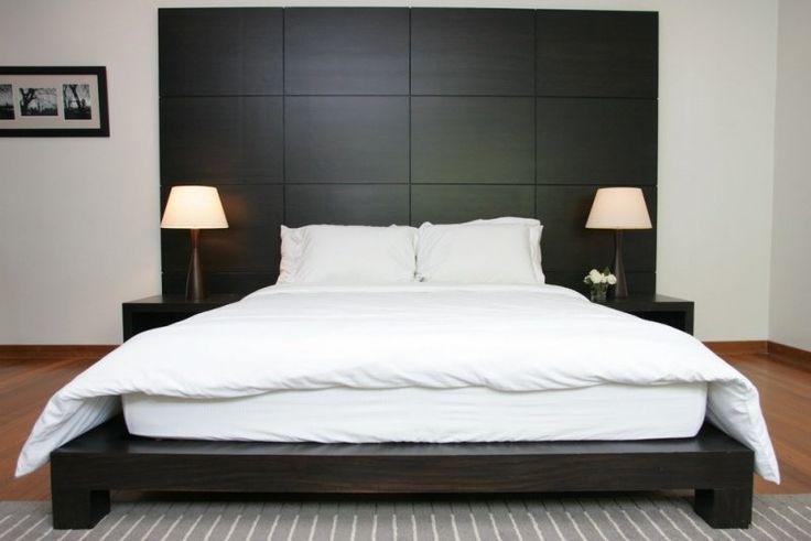 lit sur plateforme avec tables de chevet et tête de lit en bois massif noir