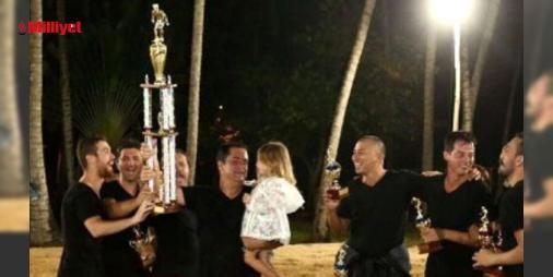 Acun Ilıcalı Dominik'te kupa kaldırdı: TV8 kanalının sahibi Acun Ilıcalı,ekibiyle birlikte Dominik Cumhuriyeti'nde #survivor'ın çekimlerini sürdürüyor. Çekimler sürerken de Ilıcalı ve ekibi eğlenmeyi de ihmal etmiyor. Dominik'te diğer ülkelerin de yer aldığı kumda futbol turnuvası yapan Ilıcalı ve ekibi şampiyon olarak kupayı kaldırdı....