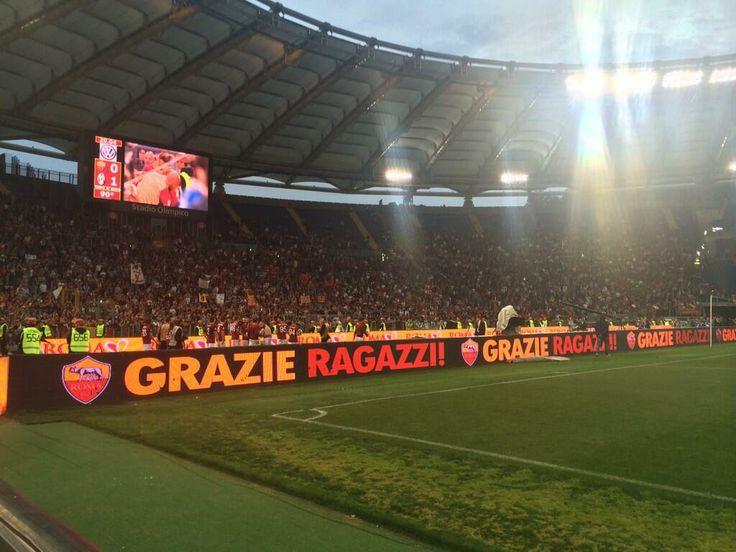 """GRAZIE RAGAZZI! Roma beneath the Curva Sud, the heart of the Giallorossi support #SiamoLaRoma   GRAZIE RAGAZZI! La Roma sotto la Sud, il """"cuore"""" del tifo giallorosso! #SiamoLaRoma"""