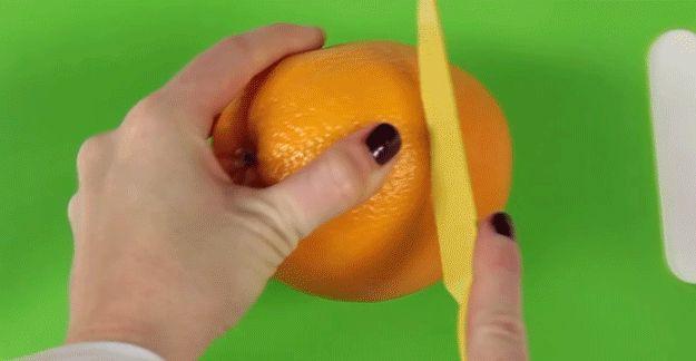 Użyj tej sztuczki, aby łatwo obrać pomarańczę:   12 sztuczek, które pozwolą Ci zaoszczędzić czas i ułatwią Ci życie