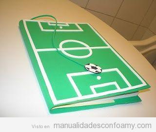 Cuaderno forrado de goma eva con forma campo fútbol