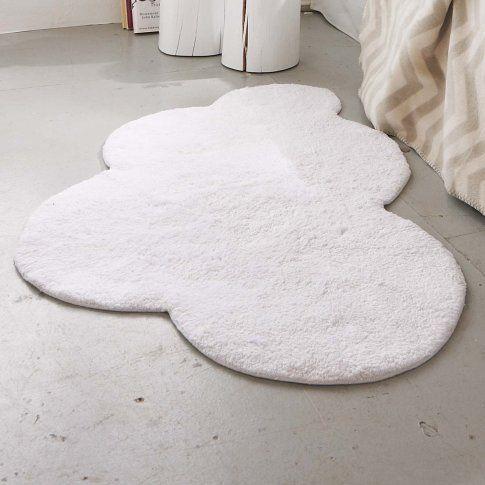 Découper un bout de moquette au cutter et faire son DIY tapis nuage