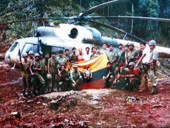 Bandera de guerra ecuatoriana capturada por el Ejército Peruano. Al fondo, Helicóptero Mi-17 de la Aviación del Ejército del Perú (22 de febrero de 1995)