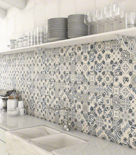 Fliesen-Deko Ideen: helle Einbauküche, blau-weiß marokkanischen Fliesen, orientalische Küche