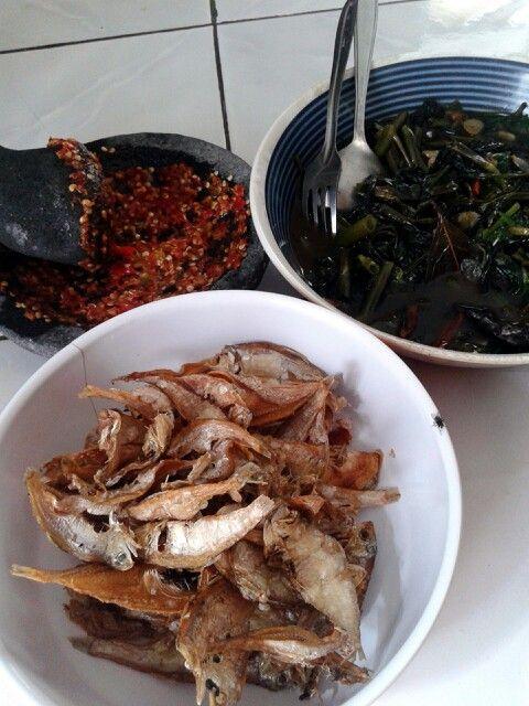 Kombinasi mantap... ikan asin, sambel bawang, cah kangkung...