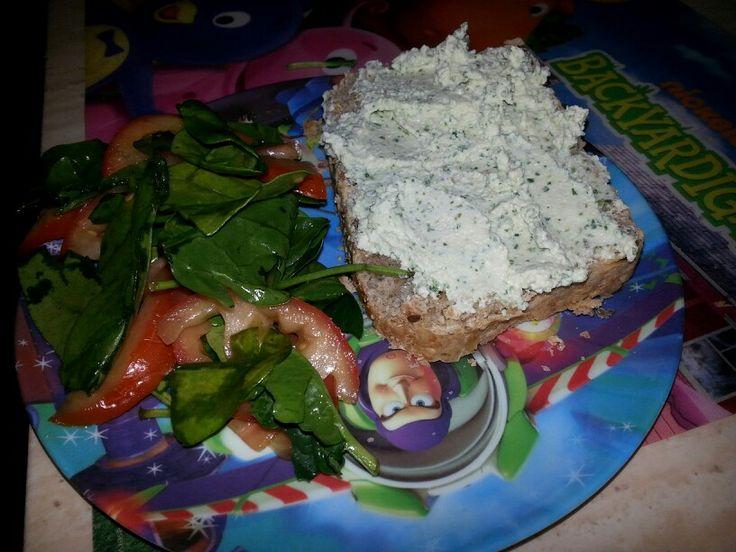 Merienda feliz. Pan integral con requesón de tofu y arúgula, acompañado de ensalada de espinacas baby, jitomate y vinageta.