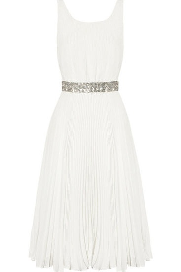 If I ever plan on having a low-key and less traditional wedding, this feminine frock would be perfect